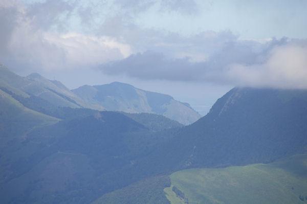 Le Pic de Pibeste, au loin on apperçoit Lourdes