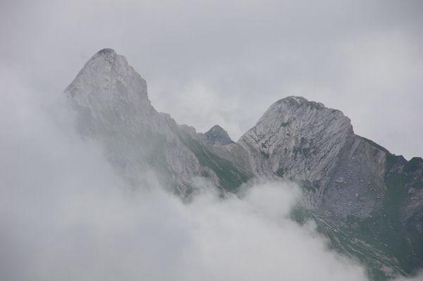 A droite, le Pic de la Latte de Bazen, à gauche, le Pic d_Esquerra, au centre au fond, le Soum de Louesque