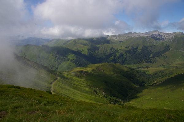 Le vallon du ruisseau de Baudès, plus loin, la vallée d_Arbéost