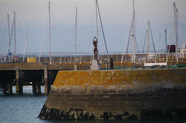 L_Ondine du sculpteur Karsten Klingbeil sur la jetée à Port Haliguen