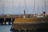 L'Ondine du sculpteur Karsten Klingbeil sur la jetee a Port Haliguen