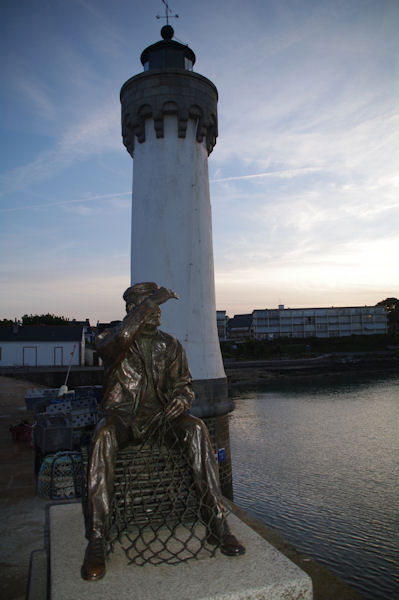 Le pêcheur du sculpteur Karsten Klingbeil sur la jetée à Port Haliguen