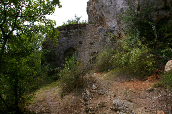 Le portail du Château des Anglais entre Le Causse et Brengues
