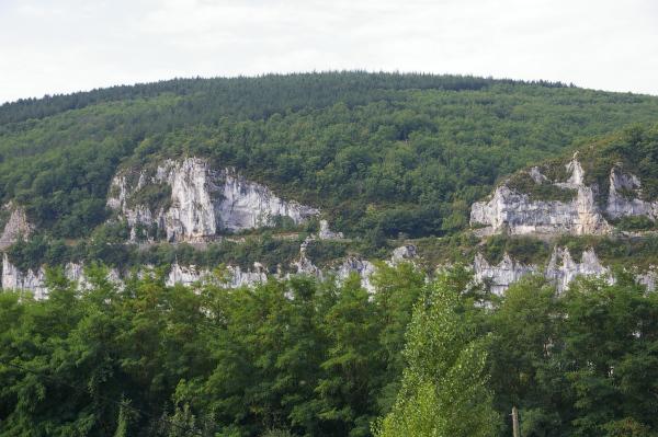 Les falaises de la vallée du Lot depuis Conduché