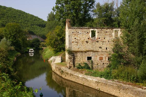 Une Minoterie en ruine sur la rive gauche du Lot après Arcambal
