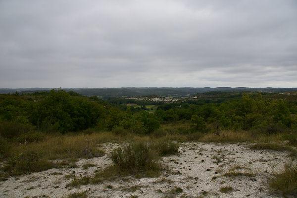 Au fond, la vallée de La Petite Barguelonne
