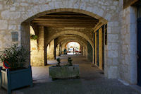 Des arcades sur la Place des Cornieres a Lauzerte