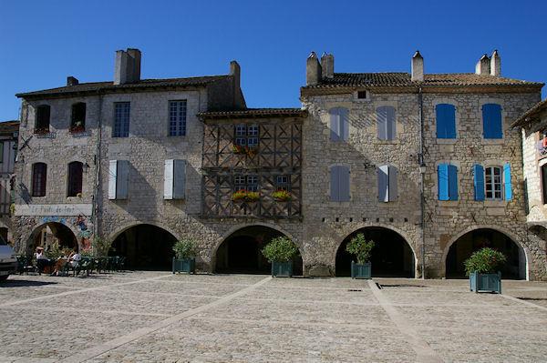 Des arcades sur la Place des Cornières à Lauzerte