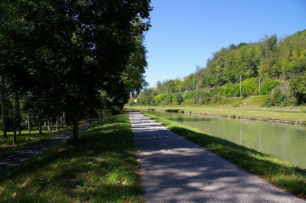 Le GR65 longe le Canal Latéral à la Garonne