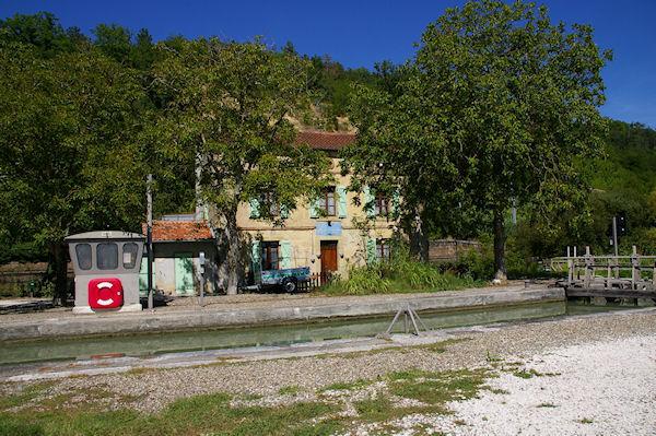 L&#39écluse du Petit Pézy sur le Canal Latéral à la Garonne