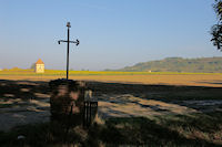 La croix et le pigeonnier de Borde Neuve