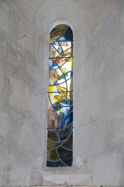 Un vitrail dans l_église de Larressingle, on dirait du Matisse