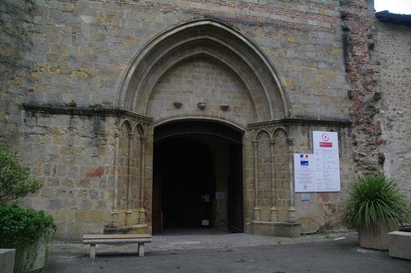 Le typan simple de la cathédrale Saint-Jean-Baptiste à Aire sur l_Adour