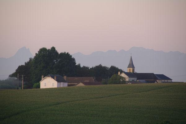Vigne et son église, à gauche, le Pic du Midi d_Ossau