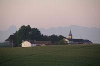 Vigne et son eglise, a gauche, le Pic du Midi d'Ossau