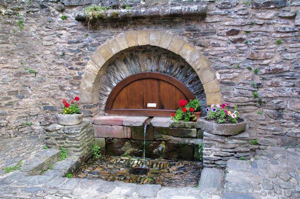 La fontaine du Plo à Conques