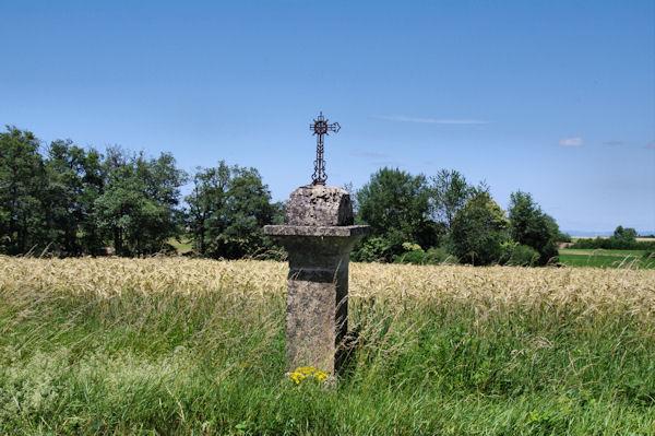Une croix vers le terrain de sport de Galgan