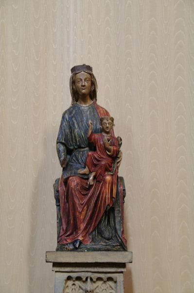 Vierge à l_enfant en bois polychrome dans l_église de l_abbaye St Michel à Gaillac