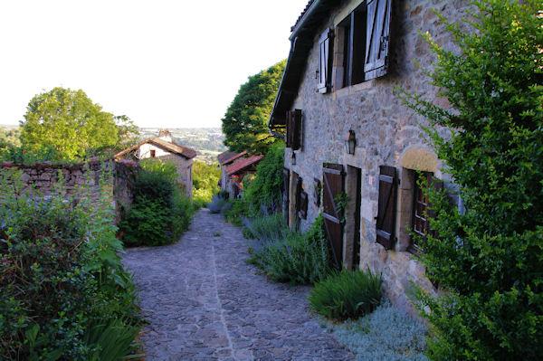 Une ruelle dans Peyrusse le Roc