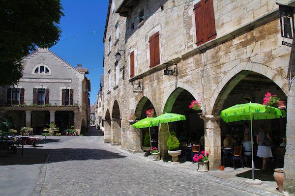 Les arcades de la place centrale de Villeneuve