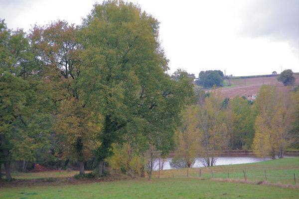 Un petit lac sous Les Guirbas