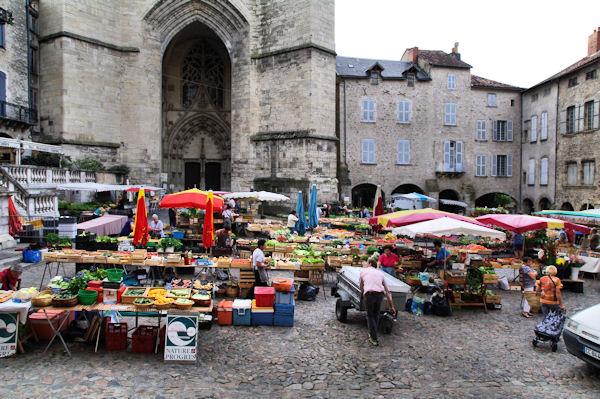 Jour de marché sur la Place Notre Dame à Villefranche de Rouergue