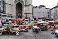 Jour de marche sur la Place Notre Dame a Villefranche de Rouergue
