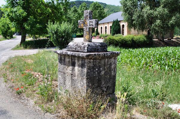 Une croix devant la Chapelle de la Pitié à Monteils