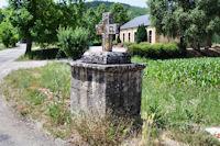 Une croix devant la Chapelle de la Pitie a Monteils
