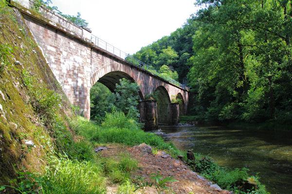 Le pont de chemin de fer et GR sur l_Aveyron
