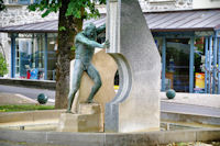 Statue signifiant la faille geologique de Villefranche de Rouergue