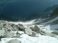 Vue du neve menant au portillon superieur, en bas le refuge de la Rencluse
