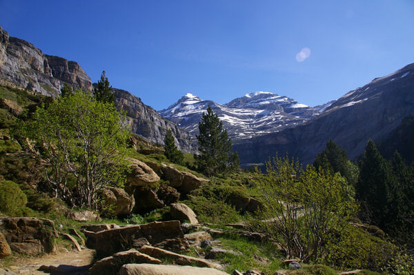 Le Mont Perdu et le Soum de Ramond apparaissent surplombant la vallée
