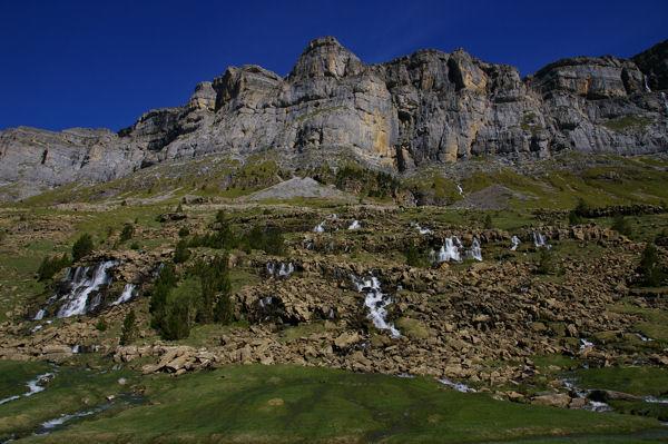 La montagne pleure sous les falaises de la Punta Tobacor
