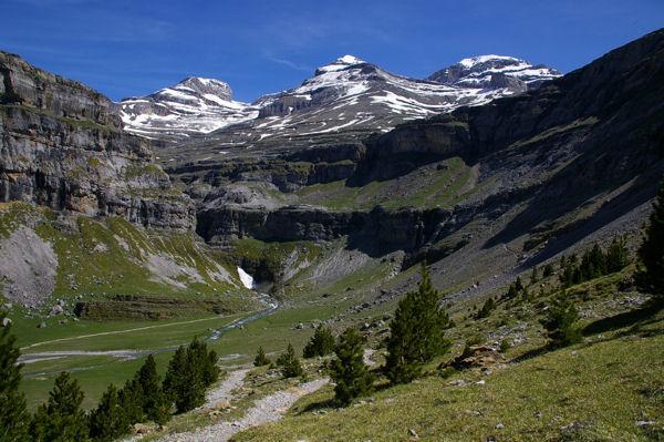 Le cylindre du Marboré, le Mont Perdu et le Soum de Ramond dominant le cirque de Soaso