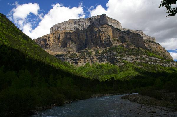 Le rio Arazas dominé par le Morron de Tobacor