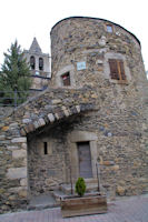 La tour Bernat de So et l'eglise de Llivia