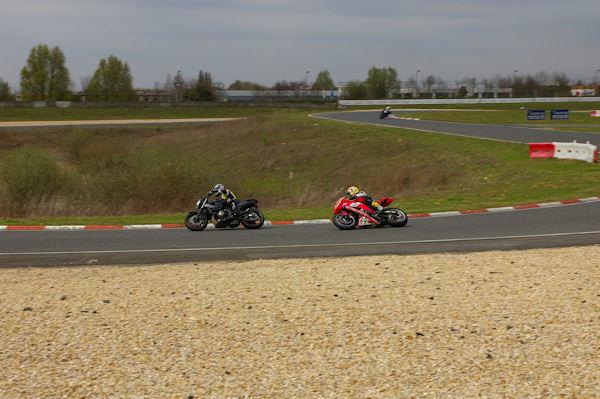 Les motards en action au circuit Carole