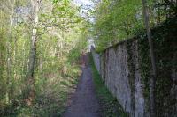 Le chemin longeant le mur d'enceinte du Chateau d'Ecouen