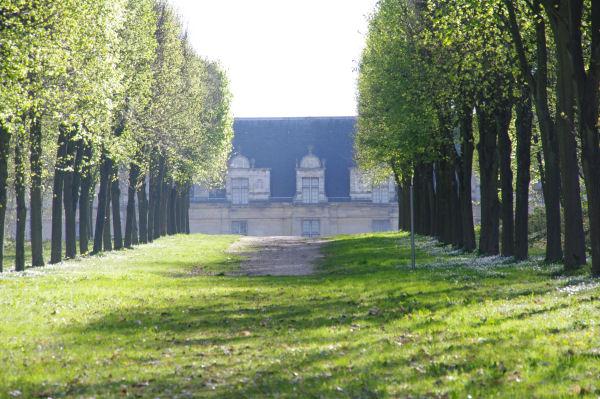 Au bout de l_allée , le Château d_Ecouen