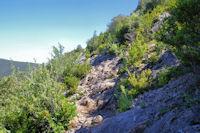 Le sentier escarpe au dessus du Ravin de Laure