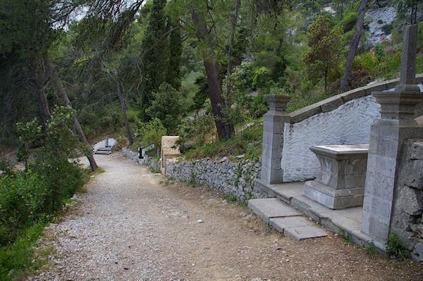Le chemin menant à Notre Dame des Auzils, bordé de tombes