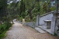 Le chemin menant a Notre Dame des Auzils, borde de tombes