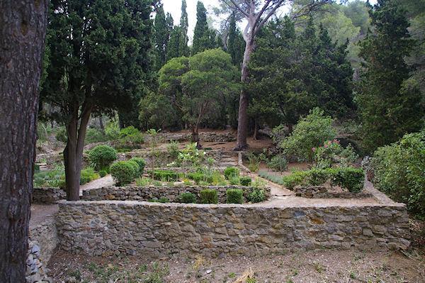 Un petit jardin ombragé en bas du chemin menant à Notre Dame des Auzils