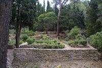 Un petit jardin ombrage en bas du chemin menant a Notre Dame des Auzils