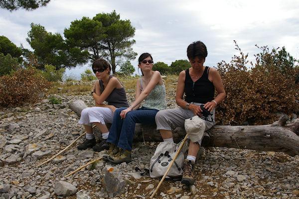 Marie Françoise, Julie et Camille à La Fontaine au dessus de Gruissan