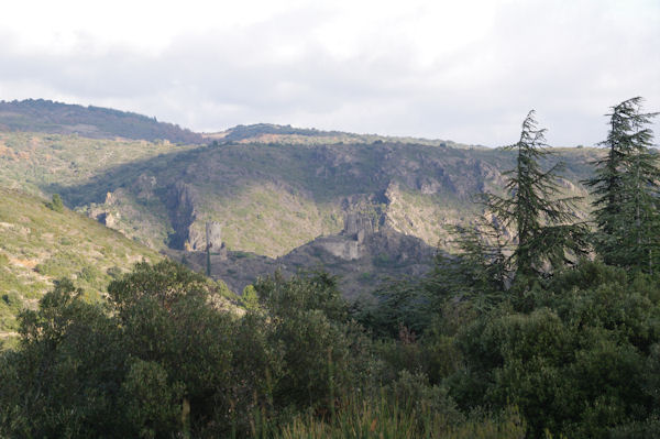 Surdespine et la Tour Regine depuis le vallon de l_Avelanet