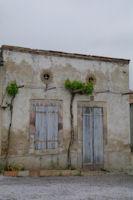 Vielle mais belle facade a l'ecluse de St Roch