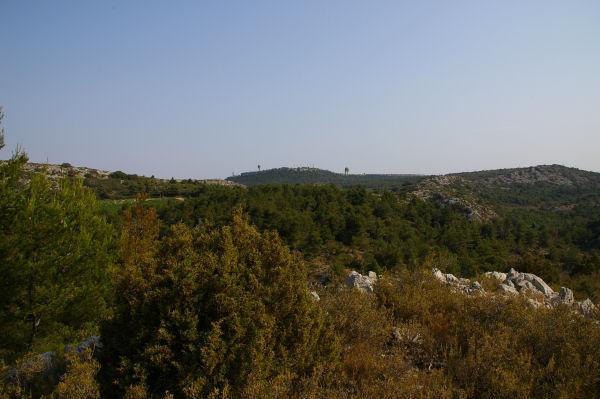 Au fond, la station radar du Plan de Roques