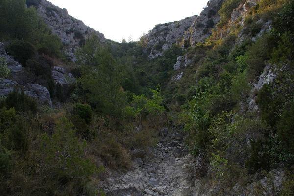 On chemine parmi les blocs dans le lit du ruisseau de la Combe de Lavit